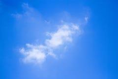 Nube ligera con el cielo azul Fotos de archivo libres de regalías