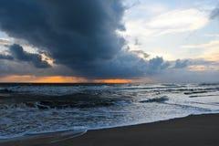 Nube lluviosa en el mar cuando salida del sol Fotografía de archivo