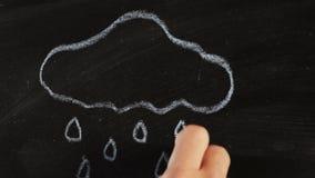Nube lluviosa y gotas de la lluvia en la pizarra