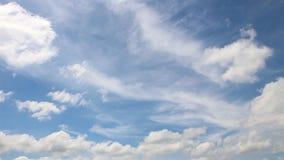 Nube móvil en el cielo azul