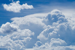 Nube masiva en el cielo azul Imagenes de archivo