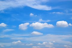 Nube nel cielo blu fotografie stock libere da diritti