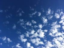 Nube preciosa en el cielo azul fotos de archivo libres de regalías