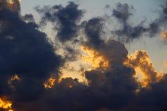Nube que brilla intensamente en el cielo oscuro de la tarde Fotos de archivo