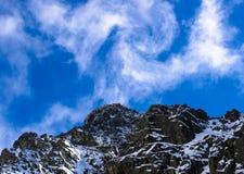 Nube sobre cumbre Foto de archivo libre de regalías
