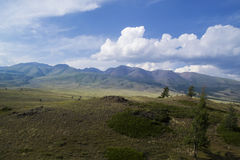 Nube sobre el rango de montaña Cielo azul e hierba verde en un valle Imagenes de archivo
