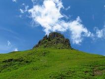 Nube sobre el top de la montaña rocosa Imagenes de archivo