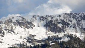 Nube sobre el vídeo nevoso de la cima de la montaña metrajes