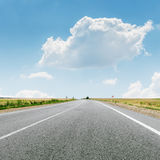 Nube sobre la carretera de asfalto Foto de archivo