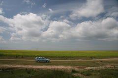 Nube sobre la pista de suciedad 1 Fotografía de archivo