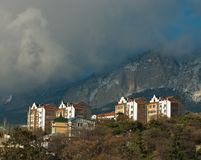 Nube sobre pequeña ciudad en Crimea imagenes de archivo