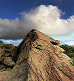 Nube sobre roca de levantamiento Fotos de archivo libres de regalías