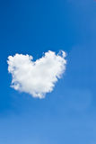 Nube sola en el cielo azul marino. Fotografía de archivo