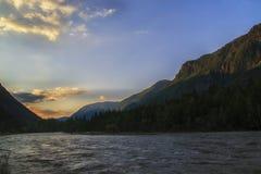 Nube sopra l'intervallo di montagna Cielo blu ed erba verde nella valle di un fiume della montagna Fotografia Stock Libera da Diritti