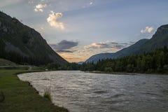 Nube sopra l'intervallo di montagna Cielo blu ed erba verde nella valle di un fiume della montagna Fotografia Stock