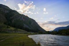 Nube sopra l'intervallo di montagna Cielo blu ed erba verde nella valle di un fiume della montagna Fotografie Stock