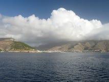 Nube sopra la città fotografia stock