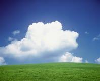 Nube sopra una collina immagine stock