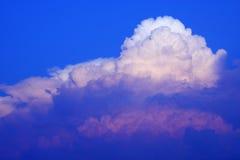Nube su cielo blu Immagini Stock