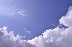 Nube su cielo blu Fotografie Stock Libere da Diritti