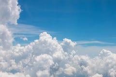 Nube sul cielo blu Fotografia Stock Libera da Diritti