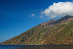 Nube sulla parte superiore della montagna Fotografie Stock
