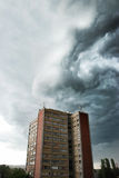 Nube tempestuosa en la ciudad Imagen de archivo libre de regalías