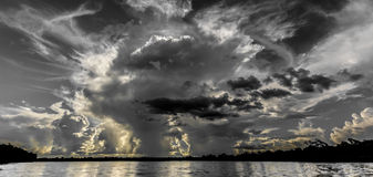 Nube tormentosa contra haz del sol Fotos de archivo