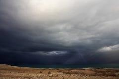 Nube tormentosa enorme sobre un campo del otoño Imagen de archivo libre de regalías