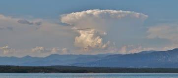 Nube tormentosa sobre la bahía de Soline en Krk fotos de archivo libres de regalías
