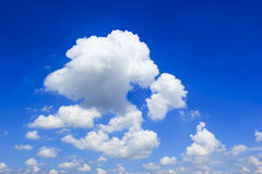 Nube y cielo azul en día soleado Fotos de archivo
