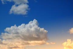 Nube y cielo suaves artísticos con el filtro de color en colores pastel de la pendiente fotos de archivo