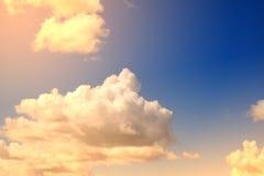 Nube y cielo suaves artísticos con el filtro de color en colores pastel de la pendiente foto de archivo