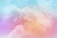 Nube y cielo suaves con color en colores pastel de la pendiente foto de archivo