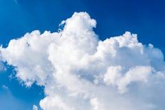 Nube y cielos fuertes el cielo azul Foto de archivo