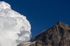 Nube y cumbre Imágenes de archivo libres de regalías