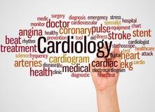 Nube y mano de la palabra de la cardiología con concepto del marcador imagen de archivo