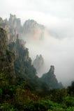 Nube y niebla rodeadas por la montaña de mármol blanca Fotos de archivo