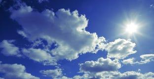 Nube y sol Imágenes de archivo libres de regalías