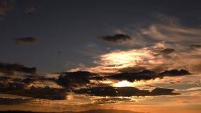 Nubes épicas oscuras en puesta del sol y cielo metrajes