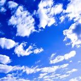 Nubes abstractas en el cielo azul Imagen de archivo libre de regalías