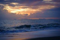 Nubes aceitosas y la costa Imagen de archivo