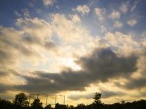 Nubes agitadas sobre un campo de béisbol en la puesta del sol foto de archivo