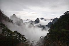 Nubes amarillas de la montaña Fotografía de archivo