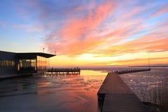 Nubes anaranjadas en puesta del sol Fotografía de archivo libre de regalías
