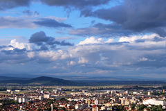 Nubes apocalípticas sobre la ciudad de Brasov imagen de archivo libre de regalías
