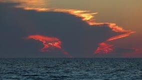 Nubes ardientes de la puesta del sol sobre el lazo del Golfo de México metrajes
