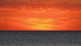 Nubes ardientes de la puesta del sol sobre el lazo del Golfo de M?xico almacen de video