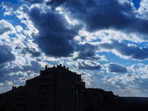 Nubes asombrosas en el cielo servio Imagen de archivo