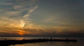 Nubes azotadas por el viento en la playa Imagen de archivo libre de regalías